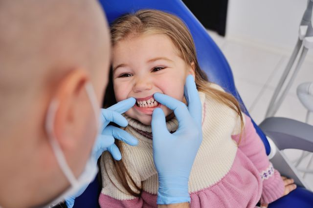 Πότε πρέπει να γίνεται η πρώτη επίσκεψη του παιδιού στον οδοντίατρο;