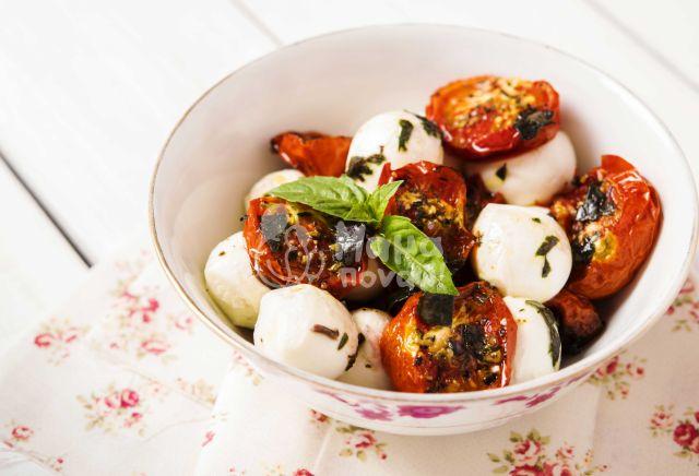 Σαλάτα Ψητών Λαχανικών Με Μοτσαρέλα Και Σάλτσα Βασιλικού